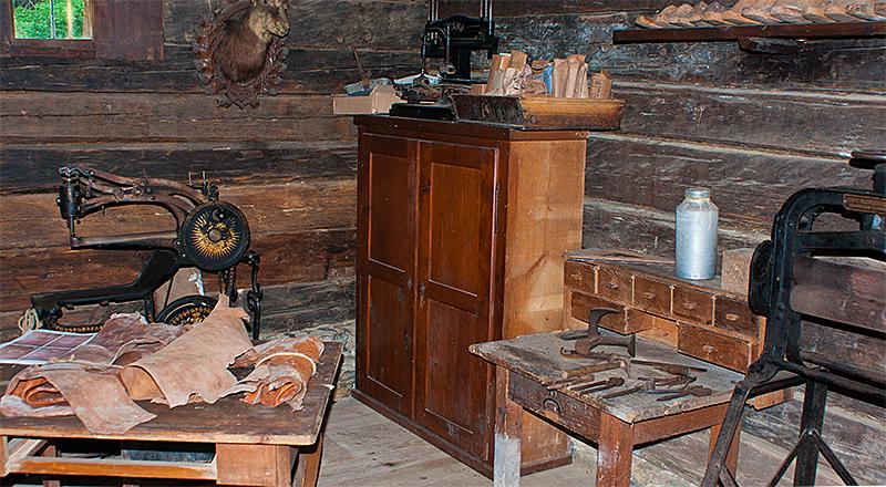 Un atelier de cordonnier ( très vieil atelier ). Cordonier_1