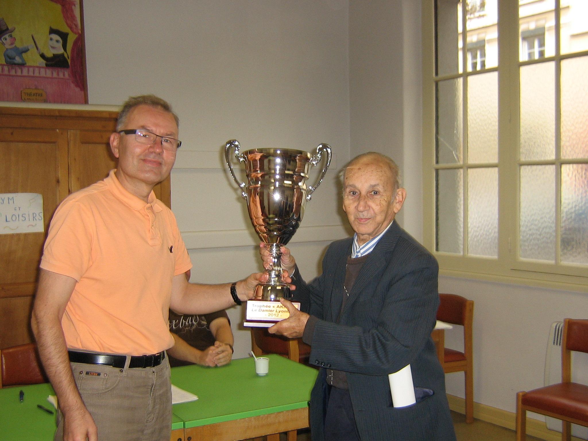 Richard Przewozniak et M. Aknin lui remetant le trophée.
